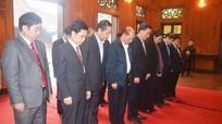 Đồng chí Tòng Thị Phóng dâng hương tưởng niệm Chủ tịch Hồ Chí Minh