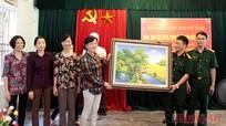 Hội LHPN tỉnh Nghệ An tặng quà cán bộ chiến sĩ Đảo Mắt