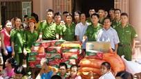 Tặng quà trẻ mồ côi, tàn tật tại Trung tâm công tác xã hội tỉnh
