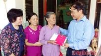 Thông tấn xã Việt Nam thăm hỏi, tặng sổ tiết kiệm cho gia đình liệt sỹ