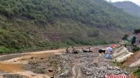 Trên công trường thi công kè chống sạt lở bờ sông Nậm Mộ