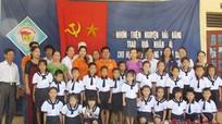 Câu lạc bộ thiện nguyện Hải Đăng tặng quà cho học sinh nghèo Tân Kỳ