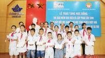 Trao phao cứu sinh và học bổng cho học sinh nghèo vượt khó