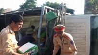 Diễn Châu: Xe tải mất lái lật nhào, hơn 200 két bia đổ tràn ra đường