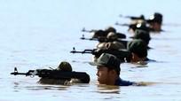 Cảnh sát cơ động huấn luyện bơi trên sông