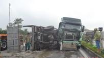 Xe bồn đâm xe tải lật nhào, xi măng đổ tràn ra đường