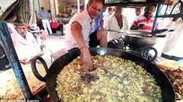 Đầu bếp 60 tuổi dùng tay trần đảo đồ ăn trong chảo dầu 200 độ