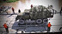 Bộ đội công binh diễn tập bắc cầu phao vượt sông