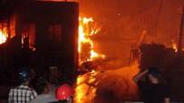 Hàng chục lính cứu hỏa chữa cháy nhà máy chế biến gỗ