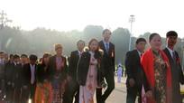Đoàn đại biểu Đại hội thi đua yêu nước toàn quốc vào Lăng viếng Chủ tịch Hồ Chí Minh