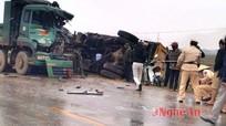 Xe tải lật nhào sau cú đấu đầu trên Quốc lộ 7A