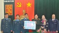 Chuyển quà tặng của tỉnh đến chiến sĩ đảo Mắt, đảo Ngư và sân bay Vinh