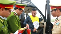 Ngày đầu ra quân xử phạt xe ôtô không trang bị bình cứu hỏa