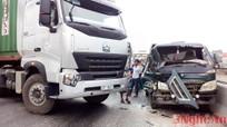 Xe container đâm nát đầu xe tải