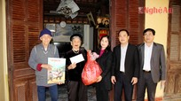 Báo Nghệ An tặng quà Bà mẹ Việt Nam anh hùng và gia đình CBPVNV