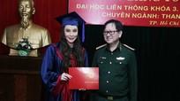 Hồ Quỳnh Hương nhận bằng tốt nghiệp, trở thành giảng viên