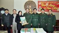 Báo Nghệ An tặng báo Xuân cho Bộ đội Biên phòng và BCH Quân sự tỉnh
