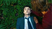 Khán giả bỏ rạp vì Daniel Radcliffe đóng xác chết quái đản