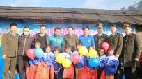 Trẻ em vùng cao Quế Phong đón Tết sớm