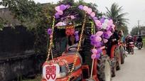 Đôi uyên ương ở Nghệ An gây sốt với lễ rước dâu bằng máy cày
