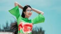 Phạm Hương dạo biển với váy áo mùa xuân