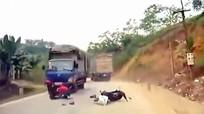Hai người thoát chết hy hữu trước đầu xe tải