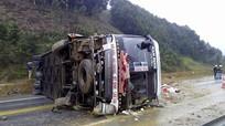 Xe khách lật nhào, 8 người bị thương