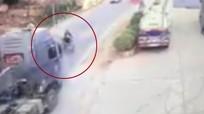 Những người Việt qua đường kiểu 'tự sát' bị ôtô tông