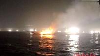Tàu cá gần 7 tỷ bốc cháy trên biển, 12 ngư dân thoát chết