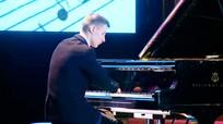 Chàng trai không có ngón tay vẫn chơi piano điêu luyện