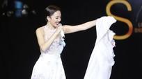 Tóc Tiên cởi váy thay đồ trên sân khấu