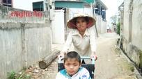 Mẹ cà nhắc nuôi con bại liệt