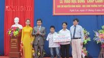 Trường Đại học công nghiệp Vinh trao học bổng 110 triệu đồng cho học sinh khuyết tật