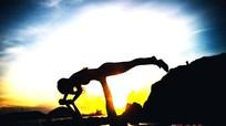 Choáng ngợp bộ ảnh thiếu nữ tập Yoga trên biển Nghệ An