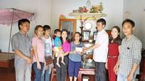 Trao sổ tiết kiệm 10 triệu đồng cho 4 cháu bé mồ côi ở Yên Thành