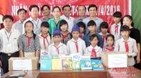 Sở Thông tin - Truyền thông, Thư viện tỉnh tặng sách tại Quế Phong