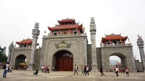 Người dân khắp nơi đổ về đền Hùng bái tổ