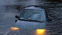 Làm thế nào để thoát hiểm khi ô tô chìm xuống nước?