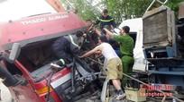 Xe tải đấu đầu xe bồn, tài xế mắc kẹt trong cabin