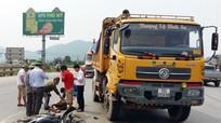 Bất ngờ rẽ sang đường, xe máy bị xe tải đâm nát