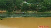 Kỳ lạ dòng sông 2 màu ở Nghệ An