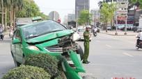 Mất lái, xe taxi Mai Linh bay lên dải phân cách