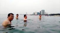 Cán bộ Đà Nẵng cởi đồ tắm biển
