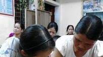 Con cầm phấn dạy mẹ tập viết trong lớp học đặc biệt ở Nghệ An