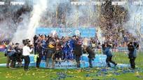 Ranieri được học trò trao vương miện ngày Leicester đăng quang