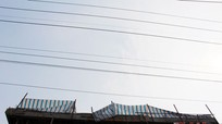 Nghệ An: Thợ hàn bị điện giật chết khi thi công mái nhà