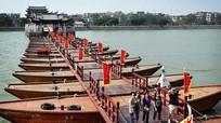 Lạ kỳ cây cầu bắc qua 18 chiếc thuyền ở Trung Quốc