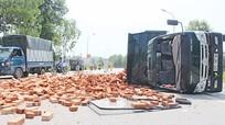 Nghệ An: Xe tải chở gạch lật ngang trên quốc lộ 46