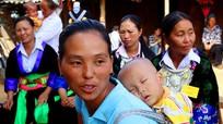 Phụ nữ Mông Kỳ Sơn địu con đi bầu cử sớm