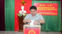 Bí thư Tỉnh ủy Nguyễn Đắc Vinh bỏ phiếu bầu cử tại phường Trường Thi, TP Vinh